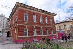 Nizhny Novgorod russia - April 22 2016 Bostads- gammalt två-våning tegelstenhus på gataskörden 25 Royaltyfri Bild