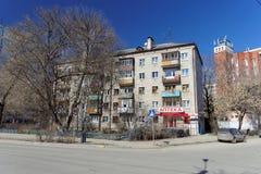 Nizhny Novgorod russia - April 07 2016 Bostads- tegelstenfem-berättelse byggnad på gatan Kovalikhinskaya, 56 Arkivbild