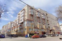 Nizhny Novgorod russia - April 26 2016 Bostads- tegelstenmång--våning som bygger gatan Izhora 11 Arkivfoto
