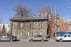 Nizhny Novgorod russia - April 10 2017 Det gamla trähuset på Ilinskaya gata 133 Royaltyfria Foton