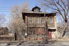 Nizhny Novgorod russia - April 10 2017 Det gamla trähuset på Malaya Yamskaya 11 Arkivfoto