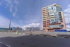 Nizhny Novgorod russia - April 27 2018 Kerch gata nära fotbollsarenan med en blockerad trafik på dagen av provfooen arkivbilder