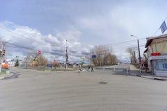 Nizhny Novgorod russia - April 27 2018 Kerch gata nära fotbollsarenan med en blockerad trafik på dagen av provfooen royaltyfria bilder