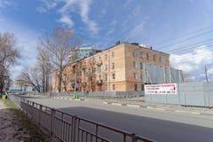 Nizhny Novgorod russia - April 27 2018 Kerch gata nära fotbollsarenan med en blockerad trafik på dagen av provfooen royaltyfri bild