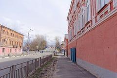 Nizhny Novgorod russia - April 27 2018 Kerch gata nära fotbollsarenan med en blockerad trafik på dagen av provfooen royaltyfri fotografi