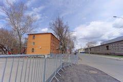 Nizhny Novgorod russia - April 27 2018 Sovnarkomovskaya gata nära fotbollsarenan med en blockerad trafik på dagen av t royaltyfria foton