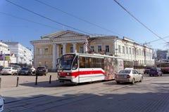 Nizhny Novgorod russia - April 13 2016 Spårvagnrutt 21 på genomskärningen av Bolshaya Pokrovskaya och Oktober Fotografering för Bildbyråer