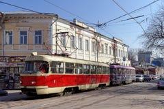 Nizhny Novgorod russia - April 13 2016 Spårvagnrutt 21 på genomskärningen av Bolshaya Pokrovskaya och Oktober Royaltyfria Bilder