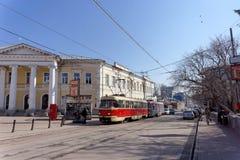 Nizhny Novgorod russia - April 13 2016 Spårvagnrutt 21 på genomskärningen av Bolshaya Pokrovskaya och Oktober Arkivfoto