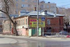 Nizhny Novgorod russia - April 10 2017 Tegelstenlägenhethus i gatan Malaya Yamskaya 53 Royaltyfri Fotografi
