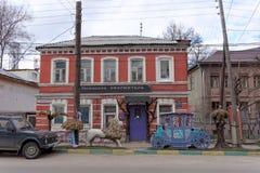 Nizhny Novgorod russia - April 22 2016 Tegelstentvå-våning hus med en shoppaherrformgivare på gatan Sergius arkivbilder