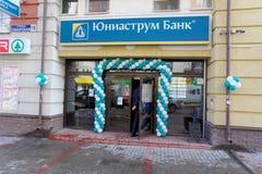 Nizhny Novgorod russia - April 01 2016 Uniastrum bank på gatan Osharskaya Royaltyfria Foton