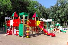 Nizhny Novgorod russia - Augusti 01 2016 Komplexet för barnlekplatsleken i Kulibina parkerar Royaltyfri Fotografi