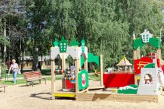 Nizhny Novgorod russia - Augusti 01 2016 Komplexet för barnlekplatsleken i Kulibina parkerar Arkivbilder
