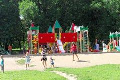 Nizhny Novgorod russia - Augusti 01 2016 Komplexet för barnlekplatsleken i Kulibina parkerar Arkivfoto