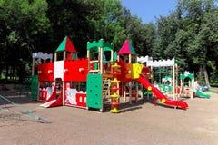 Nizhny Novgorod russia - Augusti 01 2016 Komplexet för barnlekplatsleken i Kulibina parkerar Royaltyfria Bilder