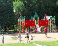 Nizhny Novgorod russia - Augusti 01 2016 Komplexet för barnlekplatsleken i Kulibina parkerar Royaltyfri Bild