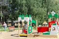 Nizhny Novgorod russia - Augusti 01 2016 Komplexet för barnlekplatsleken i Kulibina parkerar Arkivfoton
