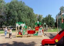 Nizhny Novgorod russia - Augusti 01 2016 Komplexet för barnlekplatsleken i Kulibina parkerar Arkivbild