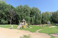 Nizhny Novgorod russia - Augusti 01 2016 Komplexet för barnlekplatsleken i Kulibina parkerar - den gamla delen av Arkivbild