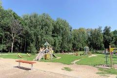 Nizhny Novgorod russia - Augusti 01 2016 Komplexet för barnlekplatsleken i Kulibina parkerar - den gamla delen av Arkivfoto