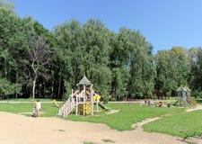 Nizhny Novgorod russia - Augusti 01 2016 Komplexet för barnlekplatsleken i Kulibina parkerar - den gamla delen av lekplatsen Arkivfoton