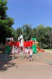 Nizhny Novgorod russia - Augusti 01 2016 Komplexet för barnlekplatsleken i Kulibina parkerar - sportutrustning av Royaltyfri Foto