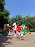 Nizhny Novgorod russia - Augusti 01 2016 Komplexet för barnlekplatsleken i Kulibina parkerar - sportutrustning av det strängde re Arkivfoton