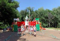 Nizhny Novgorod russia - Augusti 01 2016 Komplexet för barnlekplatsleken i Kulibina parkerar - sportutrustning av det strängde re Arkivbilder