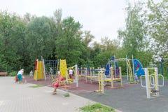 Nizhny Novgorod russia - Augusti 03 2016 Komplexet för barnlekplatsleken parkerar in Schweiz Royaltyfri Foto