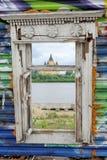 nizhny novgorod Russia - Czerwiec 27 2017 Sztuka przedmiota okno w wiecznie błękita ogrodzeniu, Zdjęcia Stock