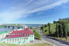 Nizhny Novgorod, Russia - 30 giugno 2016 La discesa di Pokhvalinsky Vista del seminario teologico di Nižnij Novgorod sopra il Ok Fotografia Stock Libera da Diritti