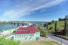 Nizhny Novgorod, Russia - 30 giugno 2016 La discesa di Pokhvalinsky Vista del seminario teologico di Nižnij Novgorod sopra il Ok Immagini Stock Libere da Diritti