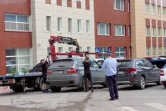 Nizhny Novgorod russia - Juli 14 2016 Den kommunala bärgningsbilen evakuerar den fel parkerade bilen i den Maxim Gorky gatan Royaltyfri Foto