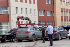 Nizhny Novgorod russia - Juli 14 2016 Den kommunala bärgningsbilen evakuerar den fel parkerade bilen i den Maxim Gorky gatan Royaltyfri Fotografi