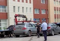 Nizhny Novgorod russia - Juli 14 2016 Den kommunala bärgningsbilen evakuerar den fel parkerade bilen i den Maxim Gorky gatan 117 Arkivfoto