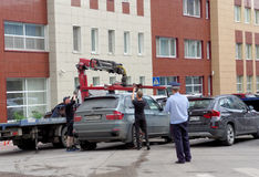 Nizhny Novgorod russia - Juli 14 2016 Den kommunala bärgningsbilen evakuerar den fel parkerade bilen i den Maxim Gorky gatan 117 Royaltyfri Fotografi