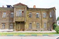 Nizhny Novgorod russia - Juli 14 2016 Gammal bostads- två-våning trähus på den Slavyanskaya gatan 4A Royaltyfria Bilder
