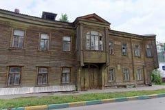 Nizhny Novgorod russia - Juli 14 2016 Gammal bostads- två-våning trähus på den Slavyanskaya gatan 4A Royaltyfri Fotografi