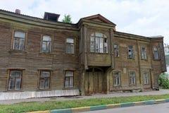 Nizhny Novgorod russia - Juli 14 2016 Gammal bostads- två-våning trähus på den Slavyanskaya gatan 4A Fotografering för Bildbyråer