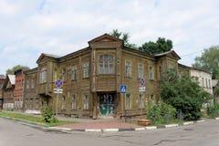 Nizhny Novgorod russia - Juli 14 2016 Gammal bostads- två-våning trähus på den Slavyanskaya gatan 4A Royaltyfri Foto