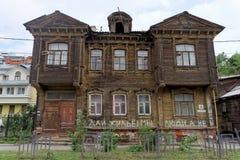 Nizhny Novgorod russia - Juli 14 2016 Gammal bostads- två-våning trähus på Slavyanskaya gata 4 Royaltyfri Fotografi