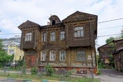 Nizhny Novgorod russia - Juli 14 2016 Gammal bostads- två-våning trähus på Slavyanskaya gata 4 Arkivfoton