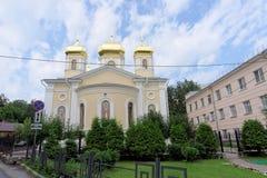 Nizhny Novgorod russia - Juli 14 2016 Kyrkliga heliga Hierarchs av den heliga Treenighet för MoskvaNizhny Novgorod metochion Royaltyfri Bild