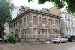 Nizhny Novgorod russia - Juli 14 2016 Nytt bostads- två-berättelse hus på gatan Slavyanskaya 29 Arkivbilder