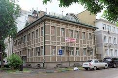 Nizhny Novgorod russia - Juli 14 2016 Nytt bostads- två-berättelse hus på gatan Slavyanskaya 29 Fotografering för Bildbyråer