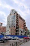 Nizhny Novgorod russia - Juli 14 2016 Oavslutat lägenhethus på gatan Slavyanskaya 33A Arkivbild