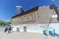 Nizhny Novgorod russia - Juni 15 2018 Ett gammalt bostads- trätvå-våning hus på Kovalikhinskaya gata 100 mot baksidan Royaltyfri Bild