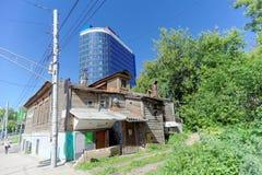 Nizhny Novgorod russia - Juni 15 2018 Ett gammalt bostads- trätvå-våning hus på Kovalikhinskaya gata 100 mot baksidan Arkivfoton