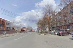 nizhny novgorod Russia - Kwiecień 27 2018 Dolzhanskaya ulica blisko stadionu futbolowego z blokującym ruchem drogowym na Zdjęcia Stock